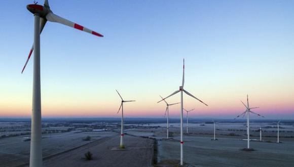 El Gobierno francés fijó hoy las grandes líneas de un plan quinquenal de inversiones de 57.000 millones de euros centrado en la transición energética (transportes, vivienda y energías renovables), así como en la formación de parados y jóvenes sin titulación. (Foto referencial: AP)
