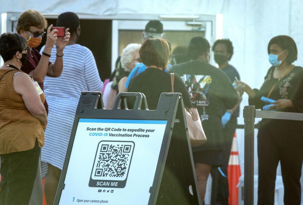 El primer centro de vacunación federal contra el coronavirus en el condado Miami-Dade, el más poblado de Florida (Estados Unidos), empezó a funcionar a primeras horas de este miércoles y con una importante afluencia de personas. (Texto y foto: EFE).