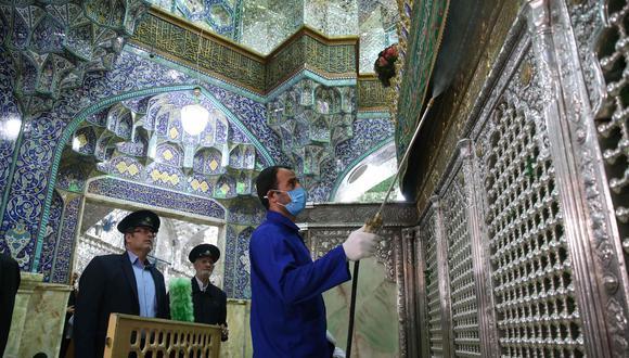 Trabajadores iraníes desinfectan el santuario Masumeh, en la ciudad de Qom, epicentro del coronavirus en Irán. (AFP / AGENCIA DE NOTICIAS DE FARS / MEHDI MARIZAD).