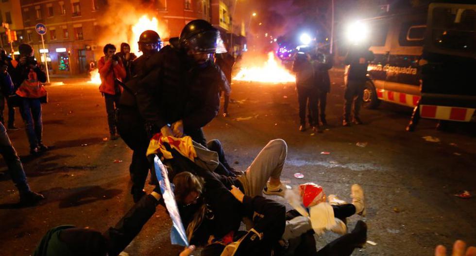 Oficiales de la policía regional catalana 'Mossos D'Esquadra' se enfrentan con manifestantes durante una protesta convocada por el movimiento separatista catalán Tsunami demócrata frente al estadio Camp Nou. (Foto: AFP).