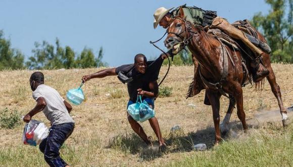 Las imágenes de agentes fronterizos agarrando a migrantes a caballo en Estados Unidos que generaron polémica. (Getty Images).