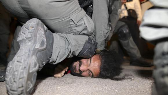 Las fuerzas de seguridad israelíes detienen a un palestino en medio de enfrentamientos por el desalojo de familias palestinas en el vecindario de Sheikh Jarrah, en Jerusalén Este. (Foto de AHMAD GHARABLI / AFP).