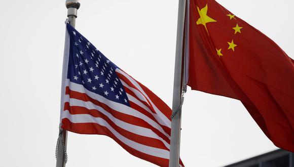 Imagen referencial. Las banderas de Estados Unidos y China. REUTERS