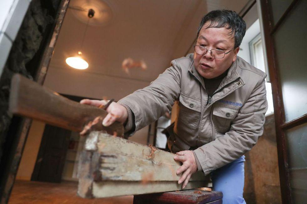 El carpintero está apasionado con mejorar cada detalle de las casas abandonadas y dejarlas tal cual eran. (Foto: AFP)