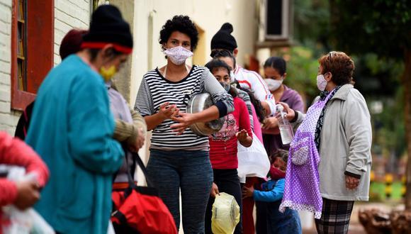 Coronavirus en Paraguay | Ultimas noticias | Último minuto: reporte de infectados y muertos lunes 29 de junio del 2020 | Covid-19 | La gente hace cola esperando una comida ofrecida por voluntarios, en medio de la pandemia del coronavirus en Ita, Paraguay. (Foto: AFP / NORBERTO DUARTE).