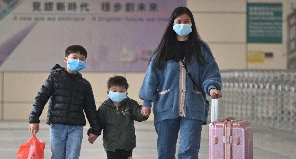 Los ciudadanos chinos usan mascarillas como medida preventiva después de un brote de coronavirus que comenzó en la ciudad china de Wuhan, caminan en el puerto de la bahía de Shenzhen en el área del puerto de Hong Kong. (Foto: AFP).