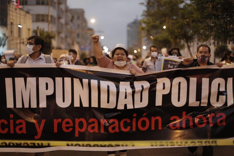 """Ciudadanos participaron en la llamada """"Marcha contra la impunidad policial"""" en la Plaza San Martín, exigiendo celeridad en las investigaciones por las muertes de manifestantes en las últimas protestas sociales. (Foto: Renzo Salazar / @photo.gec)"""