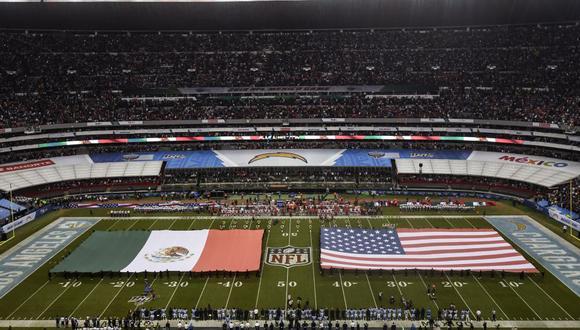 Las banderas de ambos países se lucieron antes del encuentro entre Chiefs y Chargers de la semana 11 de la NFL.
