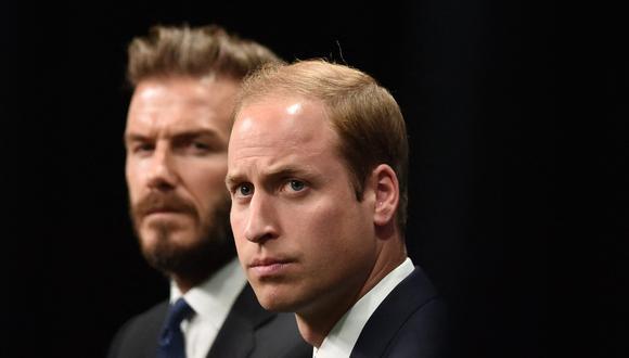 El príncipe Guillermo de Cambridge junto al exjugador de fútbol inglés David Beckham. (Foto: AFP)