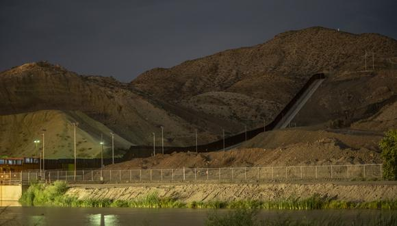 """Imagen del 12 de setiembre del 2019, la valla """"We Build the Wall"""", financiada con fondos privados, se representa en la frontera de Sunland Park, Nuevo México, y Ciudad Juárez. (Foto: Paul Ratje / AFP)"""
