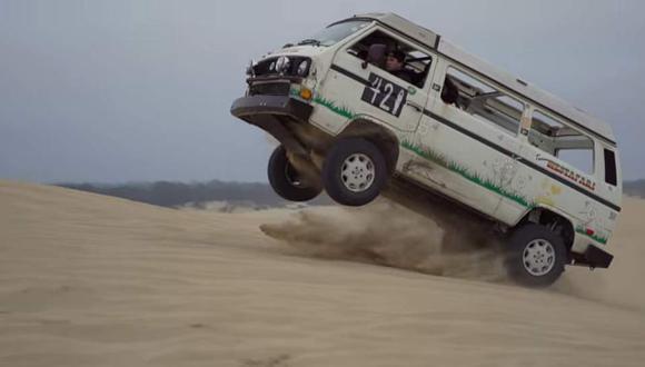 No es broma: Una combi compite en carrera en el desierto