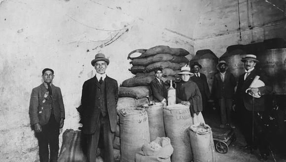 Manuel Muñoz-Nájar Villalobos (adelante, con sombrero) en la bodega de Miraflores. Fue hijo de Pedro, el migrante español que inició la tradición del anisado en la Ciudad Blanca. (Foto: archivo de la familia Muñoz-Nájar)