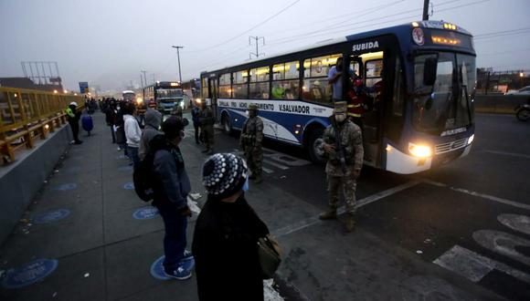 Los buses de transporte público circulan con aforo reducido para evitar los contagios de COVID-19. (Foto: César Grados)