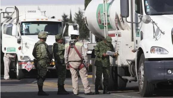 Un total de 4 mil militares y marinos permanecerán un mes a cargo de la seguridad interior y exterior de las instalaciones estratégicas de Petróleos Mexicanos, informaron fuentes castrenses. (El Universal de México, GDA)