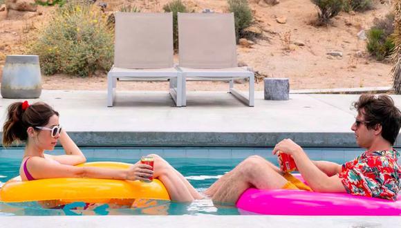 """""""Palm Springs"""" es una comedia romántica con un giro de ciencia ficción. En la imagen sus estrellas Cristin Milioti y Andy Samberg. (Foto: Hulu)"""