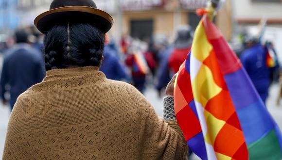 En medio de la crisis político-social que vive Bolivia, un símbolo ha ganado protagonismo en ambos lados revelando matices mucho más profundos en la turbulenta actualidad del país altiplánico: la histórica bandera indígena Wiphala. (AP)