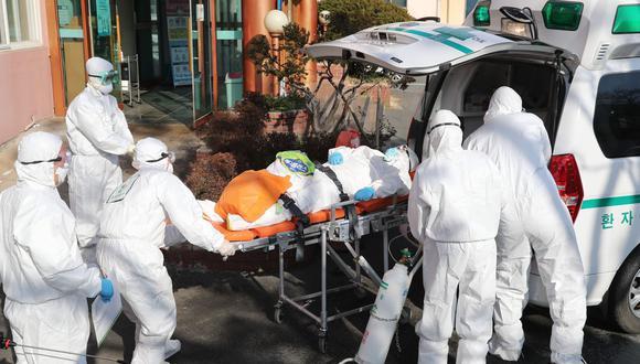 Médicos trasladan a un paciente de coronavirus en Corea del Sur. Foto: AFP