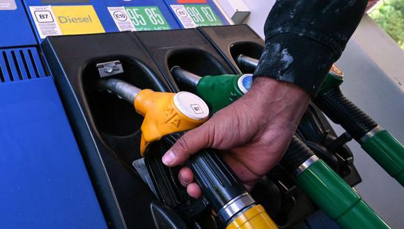 Debido al alza de los combustibles, los mexicanos buscan opciones para conocer las estaciones de servicio que ofrecen precios más cómodos. En la imagen, un conductor se prepara para llenar su vehículo con gasolina en una estación de servicio (Foto referencial: Pascal Guyot / AFP)