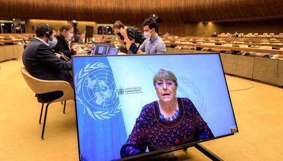 La Alta Comisionada de las Naciones Unidas para los Derechos Humanos, Michelle Bachelet, aparece en una pantalla hablando sobre los bombardeos de Israel en Gaza. (Foto de Fabrice COFFRINI / AFP).