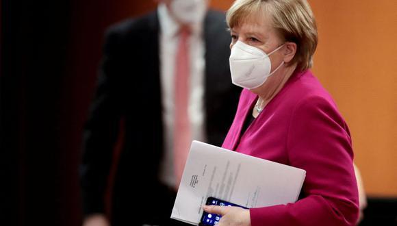 La canciller alemana, Angela Merkel, usa una mascarilla cuando llega para dirigir la reunión semanal del gabinete en la Cancillería en Berlín, Alemania, el 31 de marzo de 2021. (HANNIBAL HANSCHKE / POOL / AFP).
