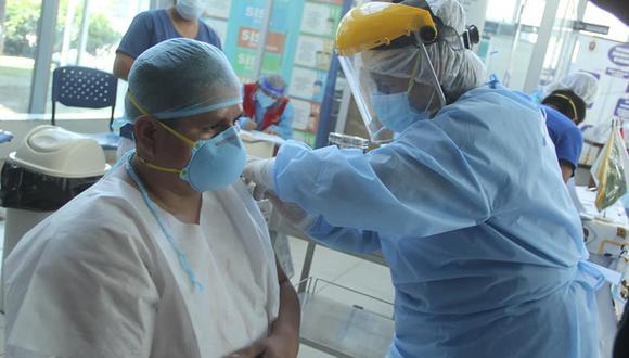 Los profesionales de la salud son los primeros en recibir la vacuna contra el COVID-19. (GEC)