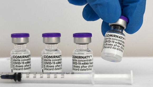 Un trabajador de la salud sostiene un vial de la vacuna Comirnaty de Pfizer-BioNTech contra el coronavirus Covid-19. (Foto de Christof STACHE / AFP).