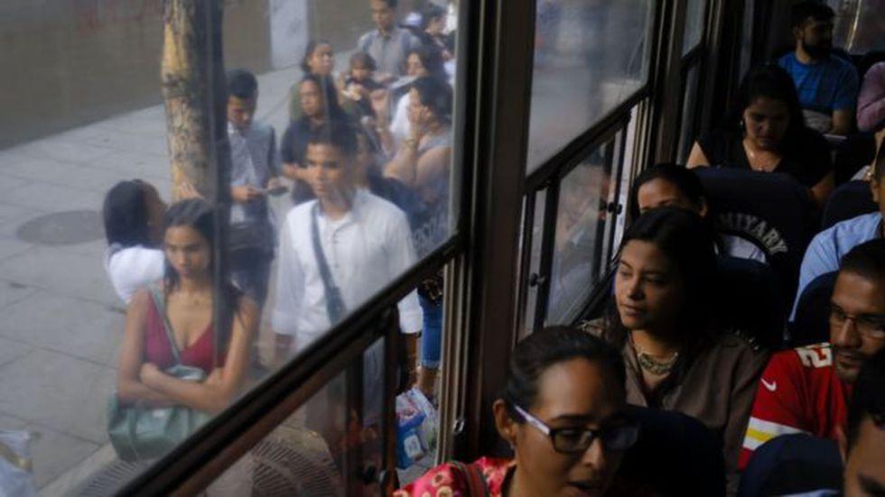 Cuando el metro falla, los usuarios tienen que buscar alternativa en el transporte en superficie, lo que con frecuencia se convierte en una odisea.