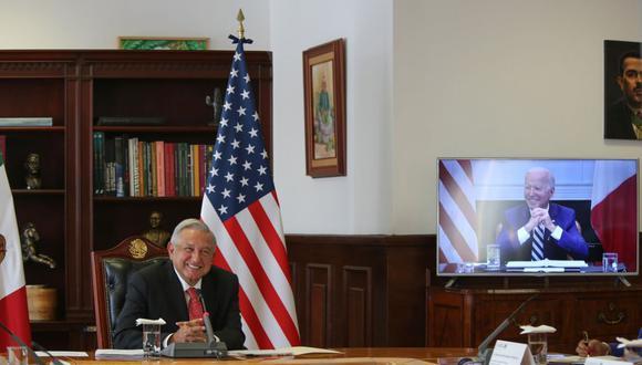 El presidente de México, Andrés Manuel López Obrador (izquierda) y su homólogo de Estados Unidos, Joe Biden, durante un encuentro virtual. (EFE/Presidencia de México).