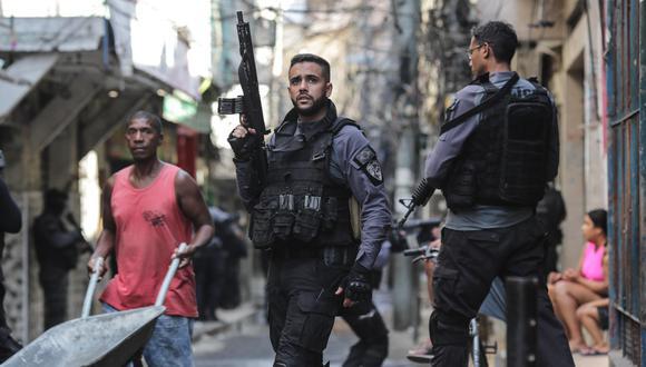 Miembros de la Policía realizan un operativo policial contra una banda de narcotraficantes, en un favela de Río de Janeiro (Brasil). EFE/ André Coelho