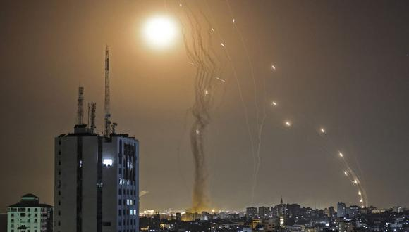 Un cohete lanzado desde la ciudad de Gaza, controlada por el movimiento palestino Hamas, es interceptado por el sistema de defensa aérea Cúpula de Hierro de Israel, el 11 de mayo de 2021. (Foto de MAHMUD HAMS / AFP).