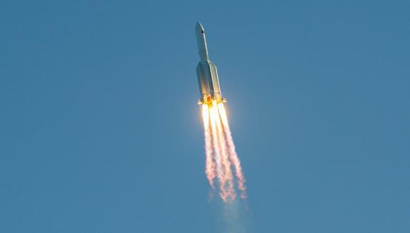 La cápsula y la nave espacial fueron lanzadas el martes con el cohete Larga Marcha 5B. (Foto: STR / AFP)