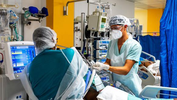 Enfermeras atienden a pacientes que padecen el nuevo coronavirus, Covid-19, en el Centro Hospitalario Universitario (CHU) de Pointe-a- Pitre, en Francia. (Foto referencial, Lara Balais / AFP).