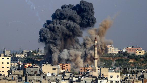 Humo saliendo la ciudad de Gaza tras ataques. (Foto: AFP)
