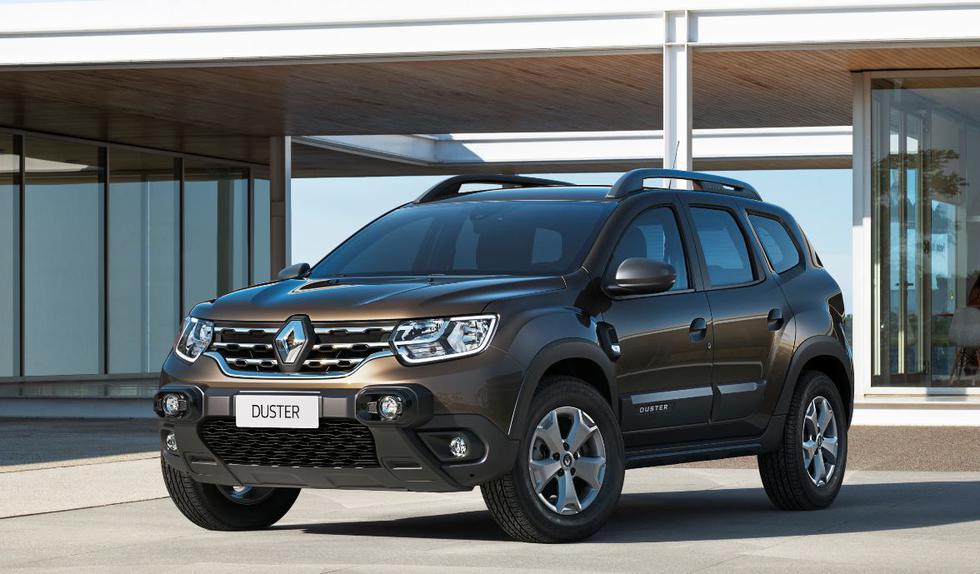 """Renault renueva la parte delantera con una nueva firma luminosa que incorpora elementos cromados, faros halógenos doble óptica DRL, neblineros, luces LED en forma de """"C"""" de conducción diurna, característica de la gama de la marca."""