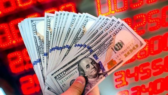 """El """"dólar blue"""" se cotizaba en 156 pesos en Argentina este martes. (Foto: AFP)"""