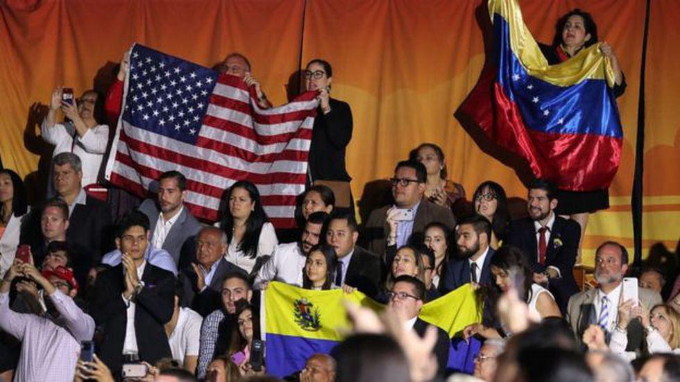 Decenas de venezolanos acudieron a escuchar a Trump en la Universidad Internacional de Florida.
