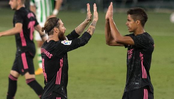 Sergio Ramos compartió un mensaje para despedir a Raphael Varane, su antiguo compañero en la zaga de Real Madrid. (Foto: AFP)