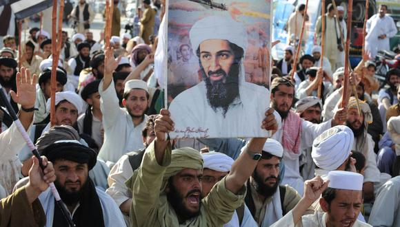 En esta fotografía de archivo tomada el 2 de mayo de 2011, partidarios del partido de línea dura pro-talibán Jamiat Ulema-i-Islam-Nazaryati (JUI-N) gritan consignas anti estadounidenses durante una protesta en Quetta tras el asesinato de Osama Bin Laden. (Foto de Banaras KHAN / AFP).