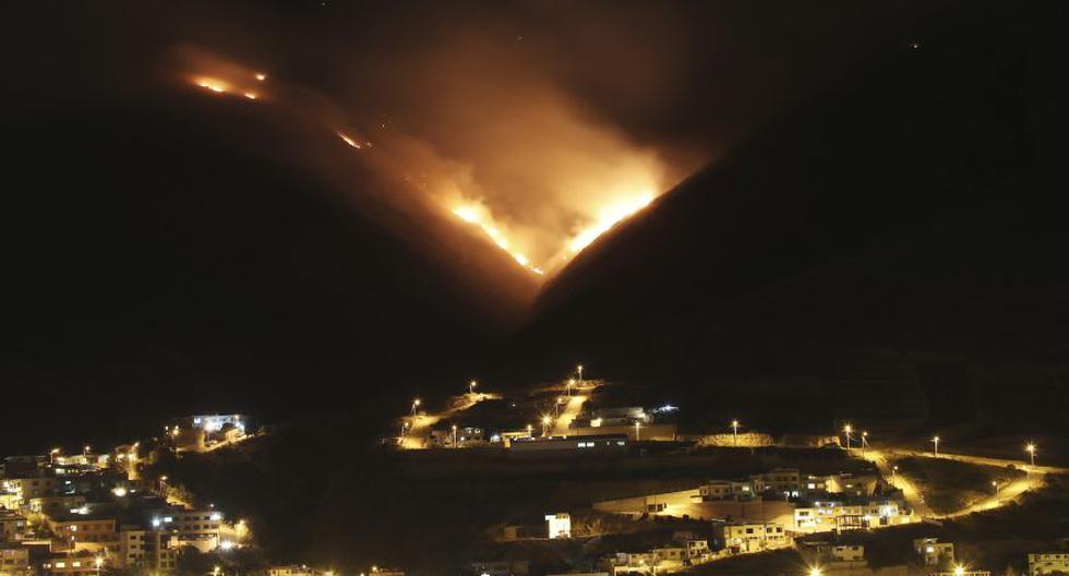 El fuego comenzó el martes por la mañana e inicialmente se desplegaron 200 bomberos y 80 militares para intentar controlar el siniestro. (Foto: AP)