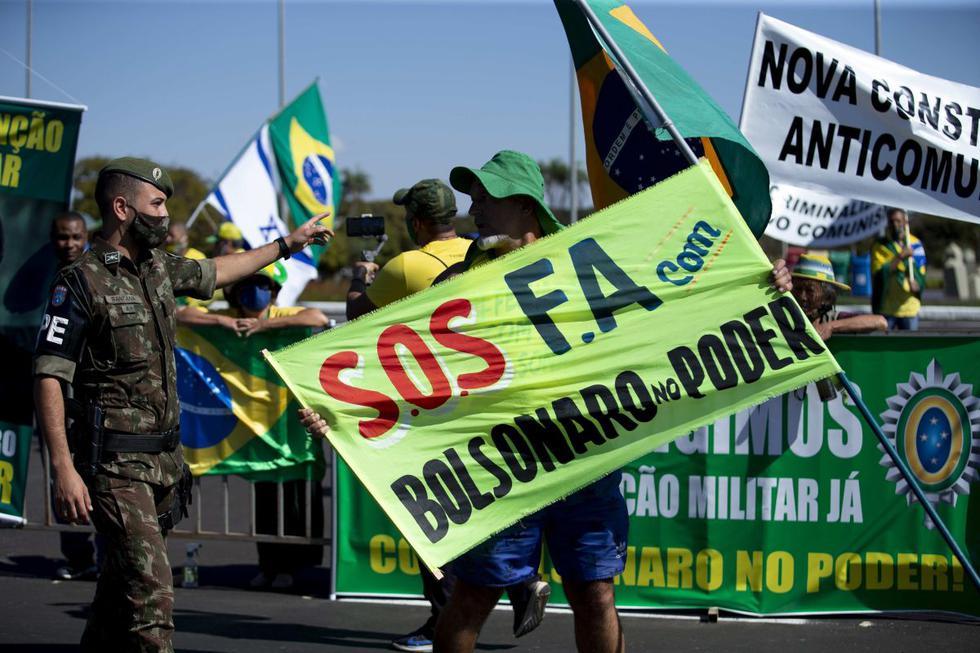 """Dos pequeños grupos de bolsonaristas realizaron este domingo manifestaciones en Brasilia en las que defendieron una """"intervención militar"""" en Brasil. (EFE/ Myke Sena)."""