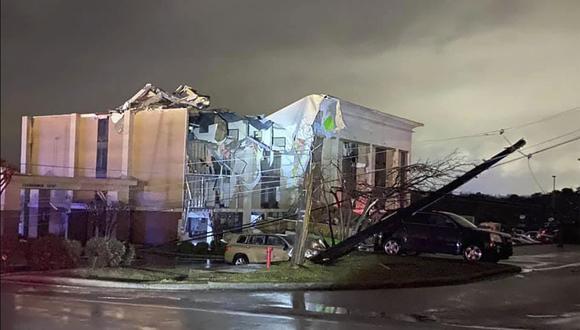 Un hotel Hampton Inn sufrió graves daños después de que un tornado azotara Fultondale, Alabama (Estados Unidos), el lunes 25 de enero de 2021. (Alicia Elliott/AP).