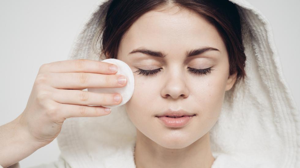 Si buscas tener una piel radiante y lisa, pero sobre todo sana, es primordial que establezcas una rutina de cuidado de día y otra para la noche. (Foto: Shutterstock)