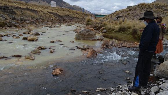 Nótese como uno de los ríos ( Hatun Ayllu) tiene aguas contaminadas y el otro (Ocuviri) no. Ambos se juntan y dan origen al río Llallimayo, el cual desciende así contaminado hacia las comunidades. (Foto: Carlos Fernández)