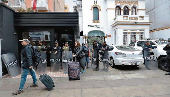 El hotel Virreynal, ubicado en Miraflores, fue intervenido por la fiscalía y la policía alrededor de las 9 a.m. del martes. (Foto: Alessandro Currarino / El Comercio)