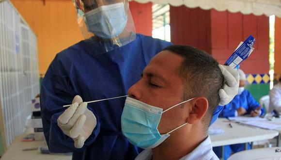 Un hombre se realiza una prueba para detectar el coronavirus covid-19 en Cartagena, Colombia, el segundo país de Latinoamérica por número de contagios. (EFE/RICARDO MALDONADO ROZO).