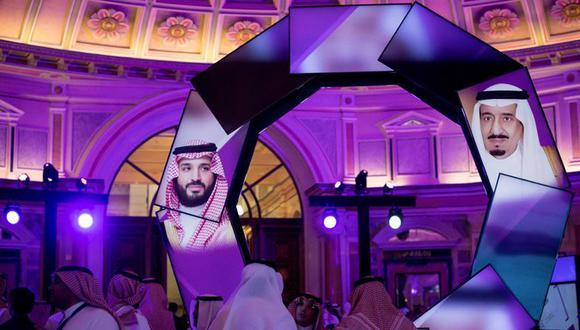 Imágenes del rey Salmán y el príncipe heredero Mohammed bin Salmán son proyectadas durante una conferencia de desarrollo en Riad, en enero del 2019. (Tasneem Alsultan para The New York Times).