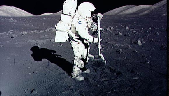Un astronauta de la misión Apollo 17 toma muestras del suelo Luna. (Foto: Handout / NASA / AFP)