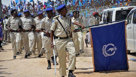 Los soldados somalíes marchan en el estadio Konis, en Mogadiscio, durante una ceremonia que conmemora el 58 aniversario de la independencia de Somalia. (Foto: AFP)