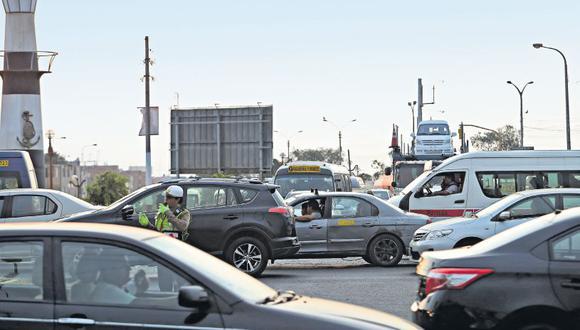 En el cruce de las avenidas Morales Duárez y Faucett, ubicado a la salida de la Línea Amarilla, hay congestión vehicular. La falta de señalización y una conexión directa dificultan el ingreso a la nueva vía rápida.  (Rolly Reyna / El Comercio)