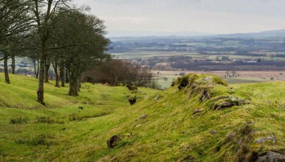 Este montículo de tierra fue, en su día, la frontera más remota del imperio romano. Foto: STEVEN SCOTT TAYLOR / ALAMY STOCK PHOTO. Via: BBC Mundo